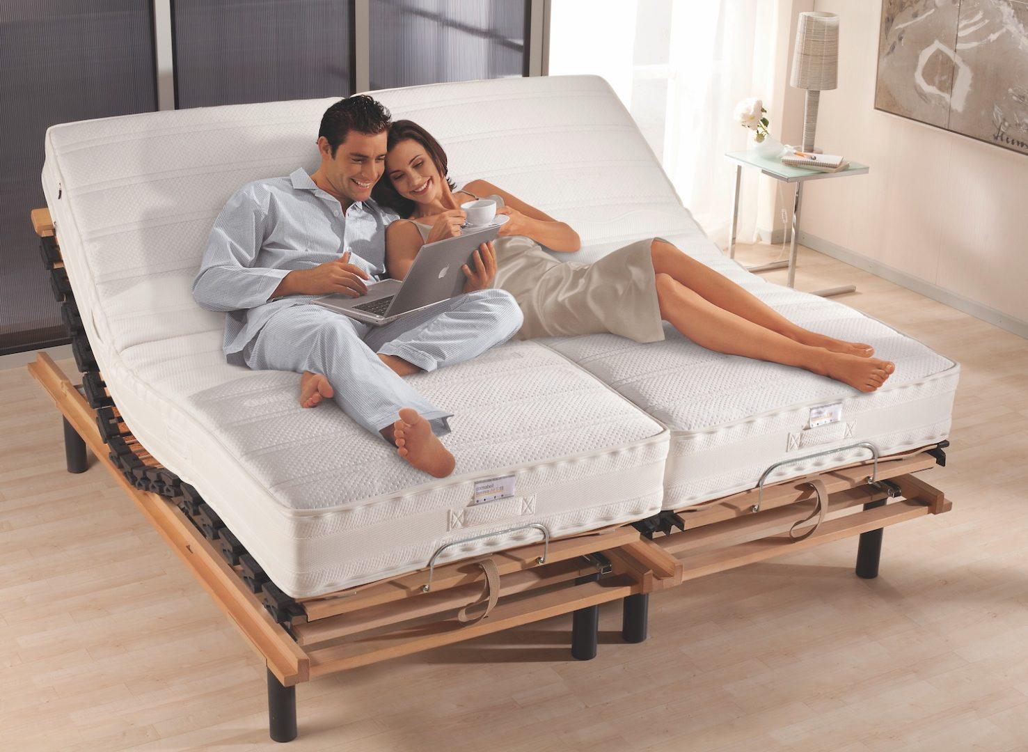 Paar auf Bett: Lattenrost erfüllt mehrere Funktionen
